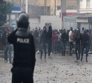 أرهقتهم برفع الأسعار والضرائب: فشل حكومات ما بعد الثورة في تخفيف مأساة التونسيين