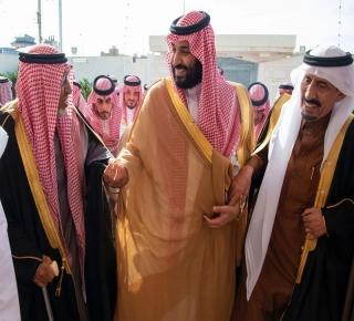 مع تزايد الضغط الخارجي: الملك يدعم شرعية ابنه بالجولات الداخلية ويُظهر أنه الحاكم الحقيقي