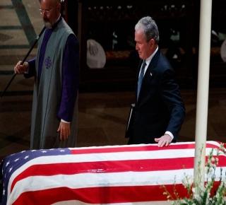 ليس هناك وسام خليجيّ رفيع لم ينله: الحرب التي شنّها بوش (الأب) في العراق كانت بداية لحروبٍ لم تنتهِ