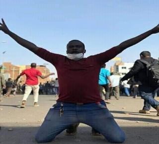 فشل كبير للحركة الإسلامية وبطش الأجهزة الأمنية: الجيش السوداني أمام خيارين.. إما النزول للشارع وإما الانحياز للشعب