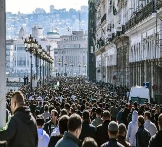 النظام مرتبك ومتصدع ومنقسم: الشارع الجزائري في مواجهة عصابة
