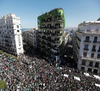 خيارات الحكم في الجزائر محدودة: الحراك الشعبي رافض لأي خطوة سياسية قبل رحيل العصابة