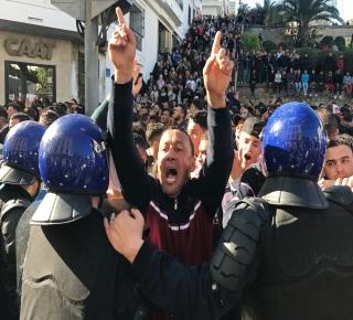 الحراك الشعبي في الجزائر يُلهب الصراع بين أجنحة الحكم: قادة الجيش قد يختار تسليم الحكم إلى