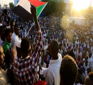 عسكر السودان في حيرة: لا يستطيع إدارة النظام من دون البشير ويواجه معضلة التفاوض مع الثورة