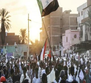 غامض وغير مضمون: اجتماع سري وغضب شعبي دفعا إلى اتفاق لتقاسم السلطة في السودان