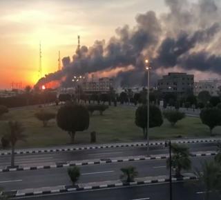 كيف اخترق مناطق حساسة: خفض الإنتاج إلى النصف بعد أن هاجم الحوثي قلب صناعة النفط السعودي